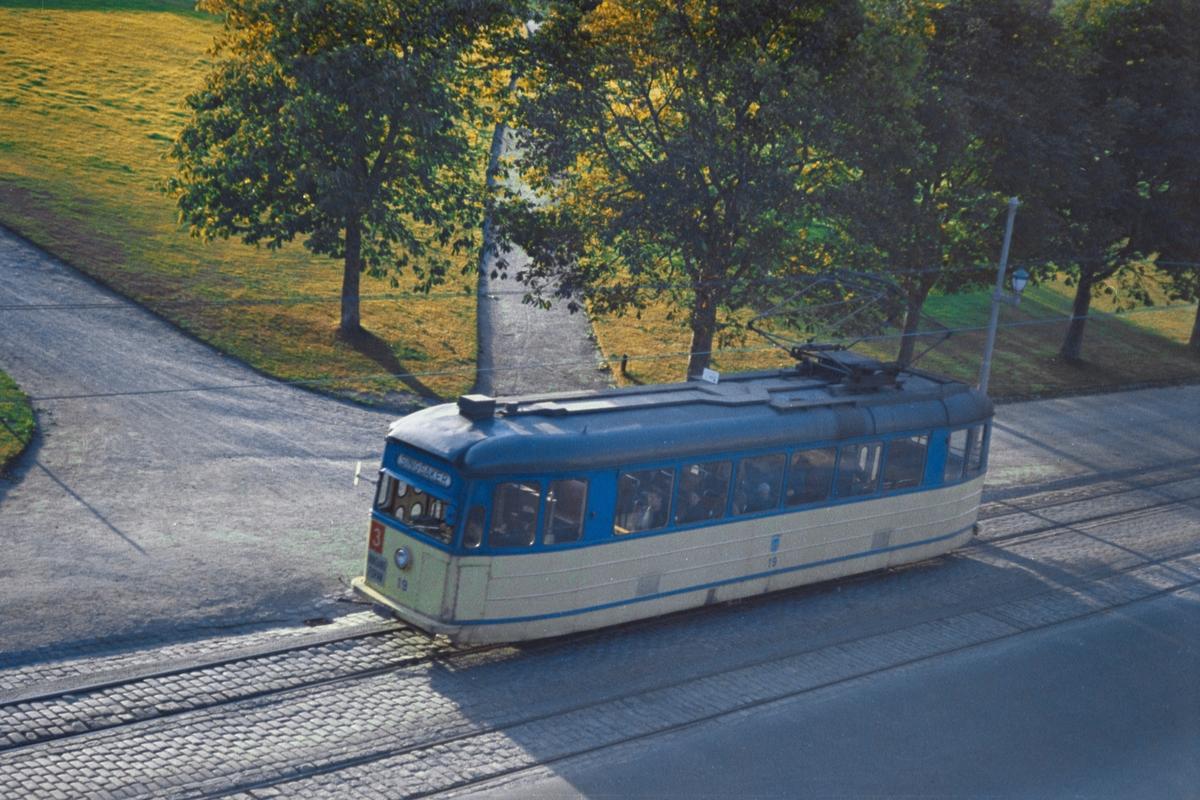 Trikk på linje 3 til Jernbanestasjonen, her ved Høyskolebroa i Trondheim. Trondheim Sporvei vogn 19.