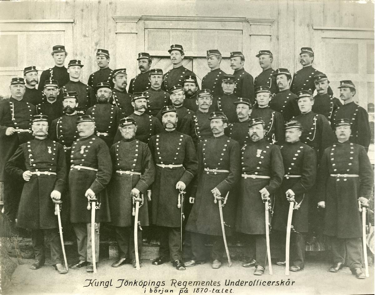 Grupporträtt av Jönköpings regementes underofficerskår i början av 1870-talet.