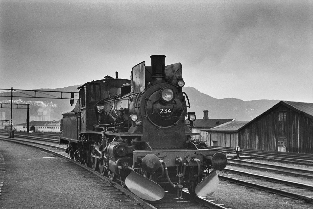 Damplokomotiv type 27a nr. 234, nyrevidert på Trondheim stasjon. Bildet er trolig tatt i forbindelse med prøvetur umiddelbart etter revisjonen.