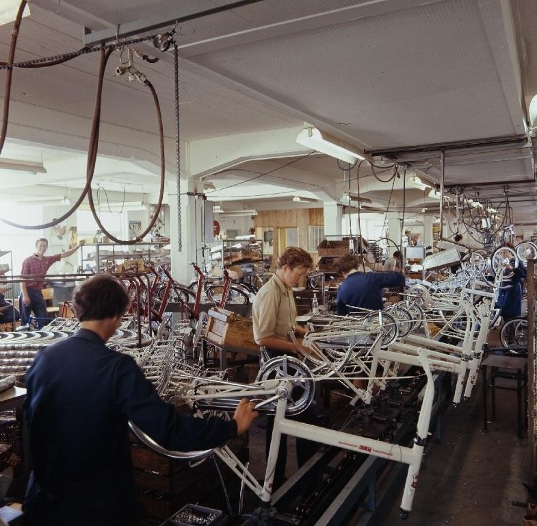 Arbeidere monterer kombisykler i monteringsavdelingen til sykkelfabrikken til Jonas Øglænd AS i Solaveien på Sandnes.