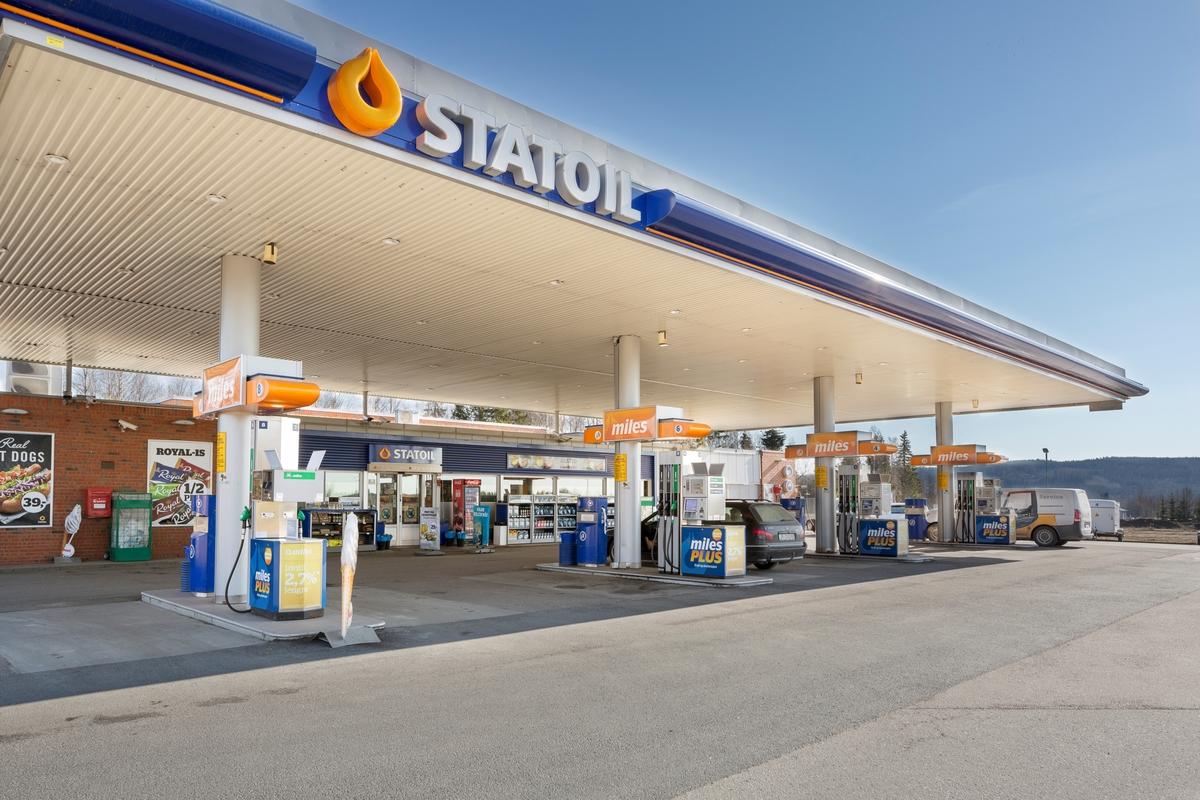 Statoil Dal. Bensinstasjon eksteriør med bensinpumper og pumpetak.