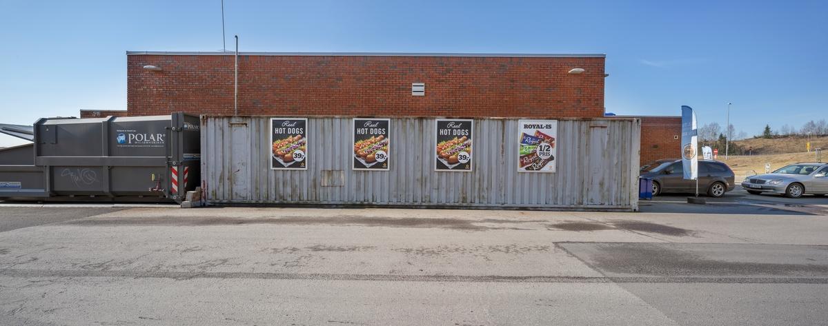 Statoil Dal. Bensinstasjonens bakside med vaskehall og containere med reklameskilt.
