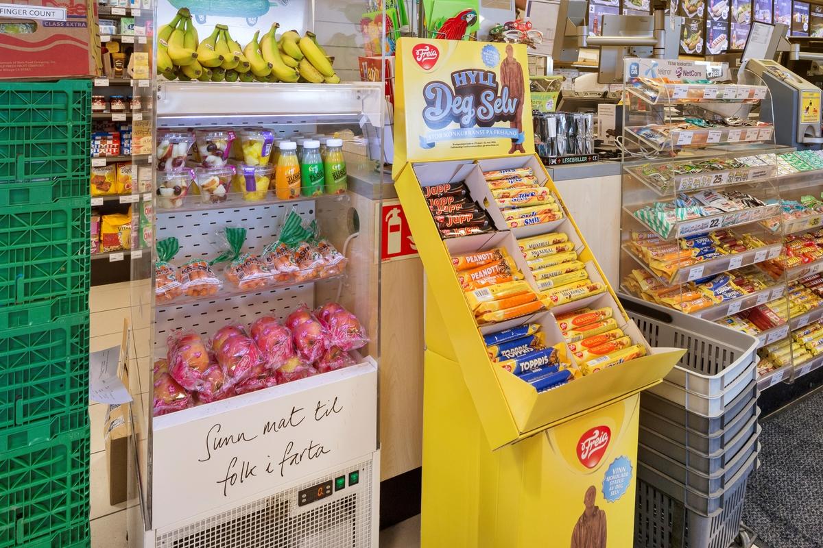 Statoil Dal. Butikk inteiør med kjøledisk med frisk frukt. Et stativ i papp med sjokolader.
