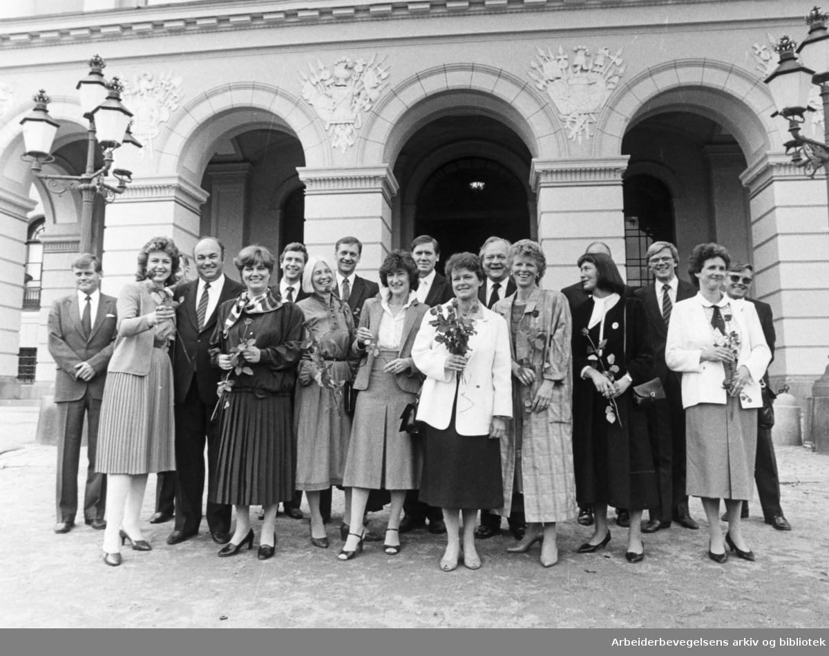 Regjeringen Gro Harlem Brundtland på Slottsplassen,.9. mai 1986.