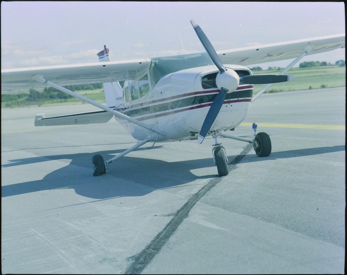 """To bilder av et fly med påskriften """"LN-HAC"""" med punktert dekk, og fire flyfoto av et småfly med påskriften """"LN-FAM"""" i lufta, alle fra """"Coast Aero Center""""."""
