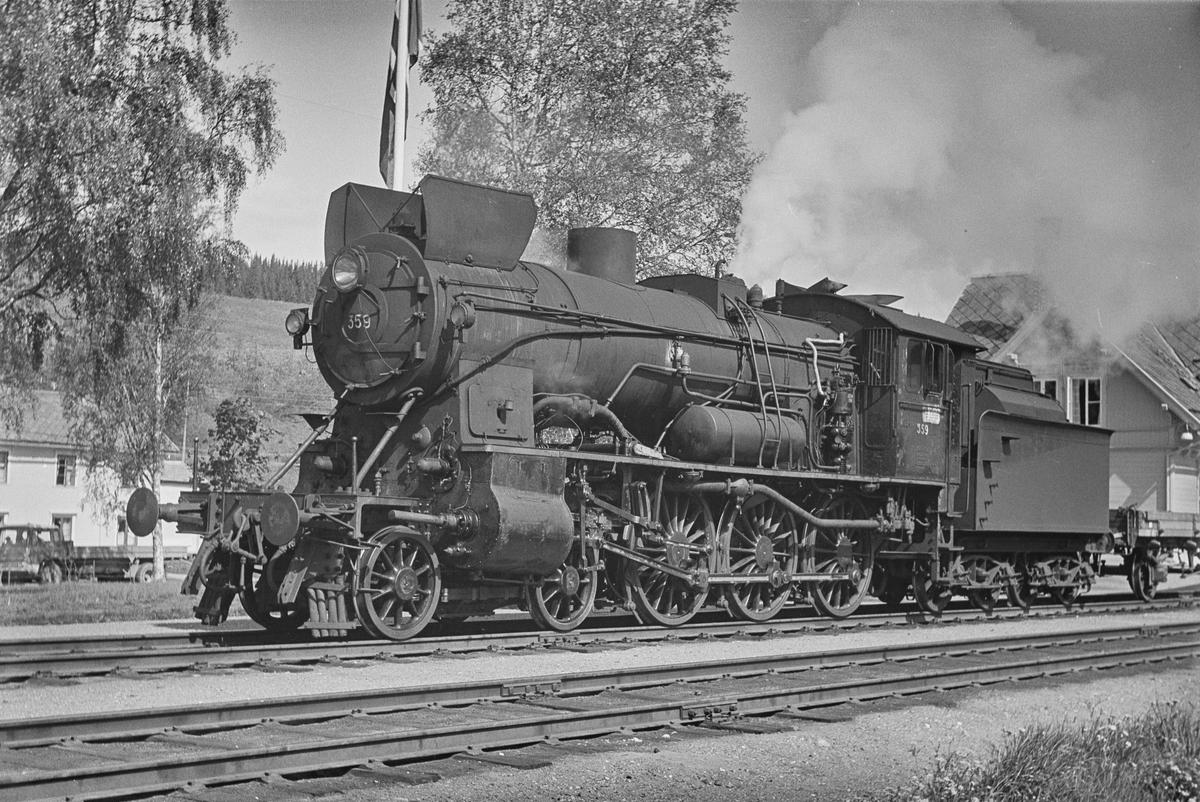 Underveisgodstog fra Hamar til Trondheim på Singsås stasjon. Toget trekkes av damplokomotiv type 30b 357.