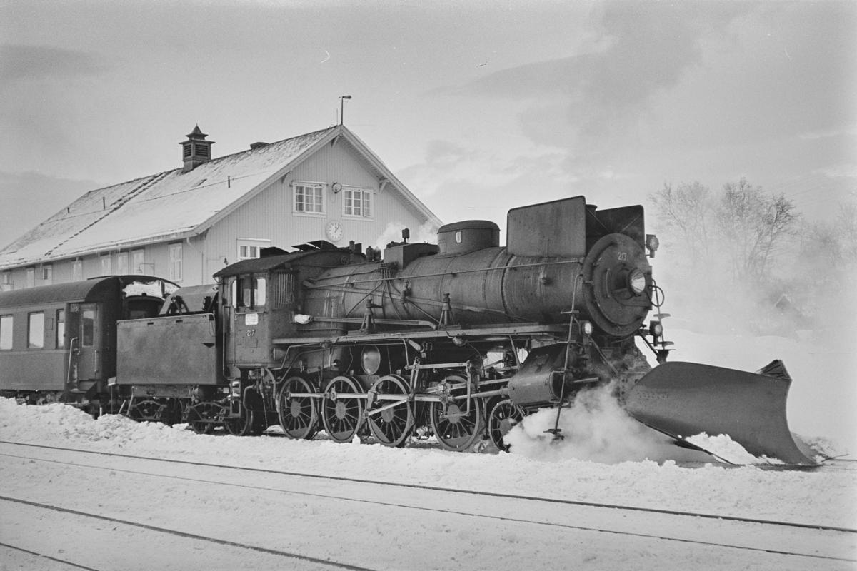 Dagtoget fra Trondheim til Oslo Ø, tog 302, på Røros stasjon. Toget trekkes av damplokomotiv type 26a nr. 217.