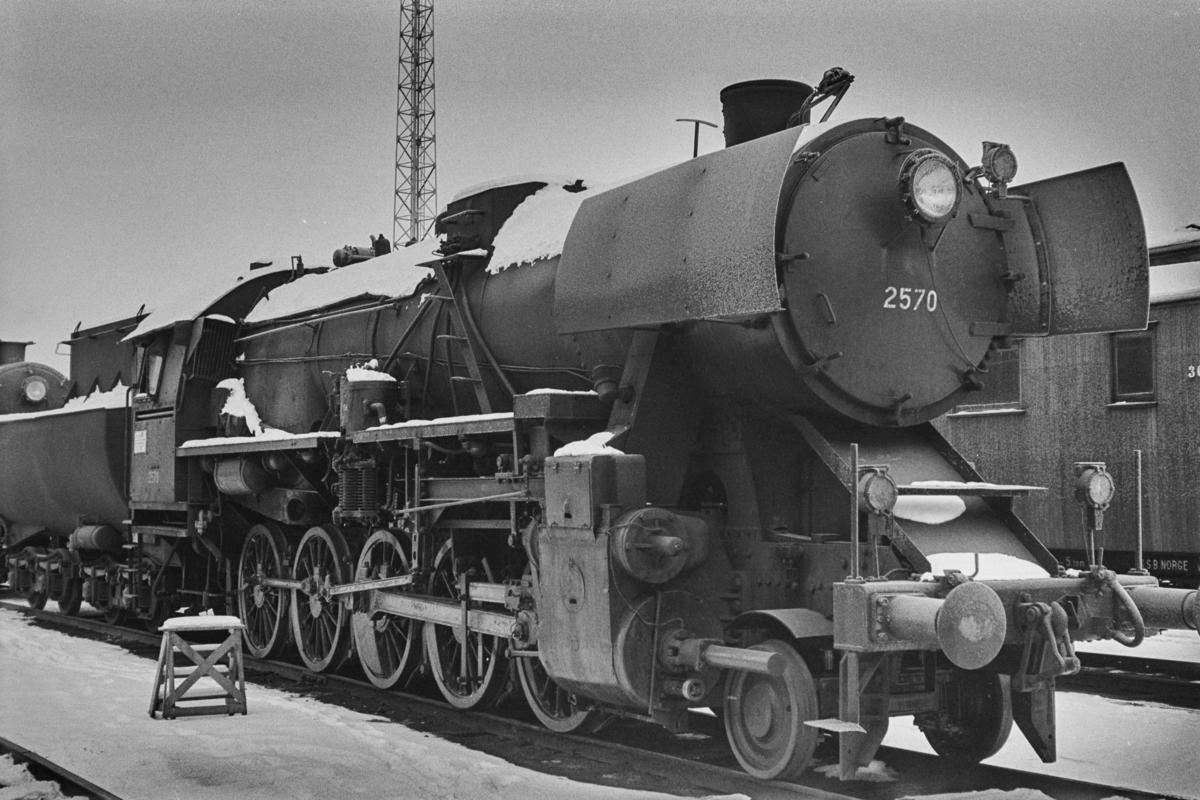 Hensatt damplokomotiv type 63a nr. 2570 på Marienborg.
