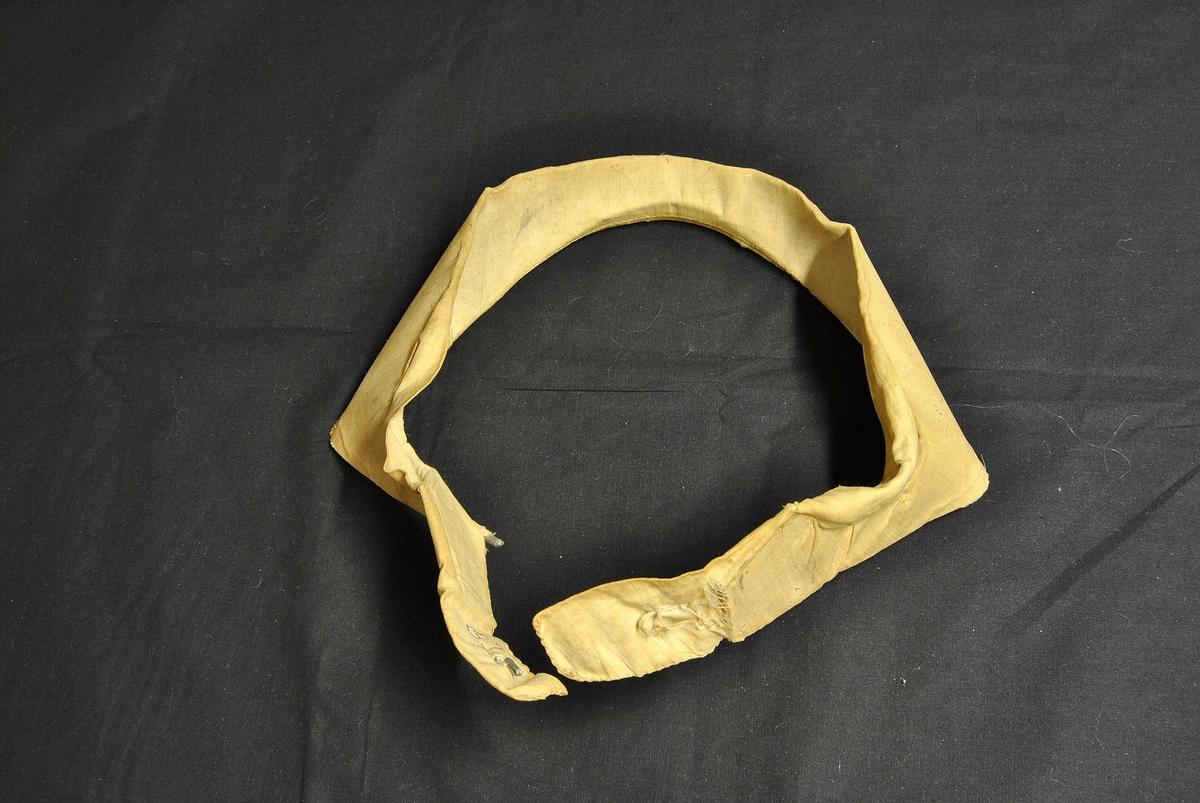 Rund form. Gulnet og formen er ødelagt. Lukkes med hempe i front. Dette vert brukt under kvithua for å få rett fasong og for å løfte hua vekk fra ansiktet.