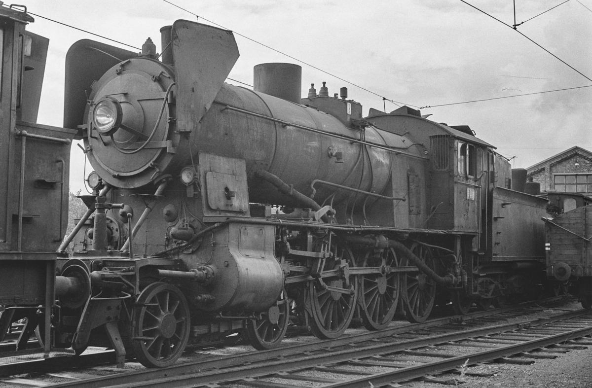 Utrangert damplokomotiv type 30b nr. 347 på Lillestrøm stasjon. Lokomotivet er hensatt og venter på å bli hugget opp.