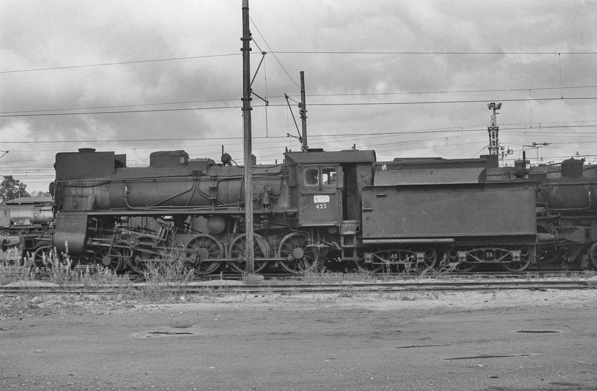 Utrangert damplokomotiv type 26c nr. 433 på Lillestrøm stasjon. Lokomotivet er hensatt og venter på å bli hugget opp.