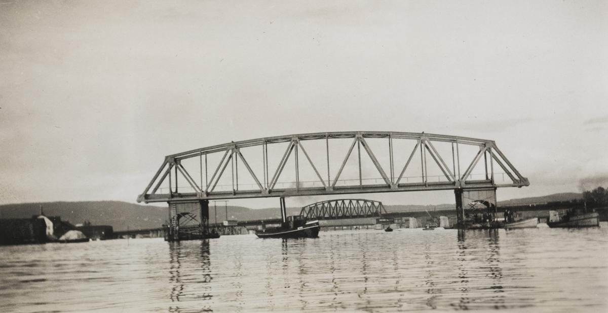 """Bygging av ny bru over Drammenselva. Bropspennene ble fraktet på lektere. Billedtekst: """"60 meter spend i Bragerøløpet 1929."""""""