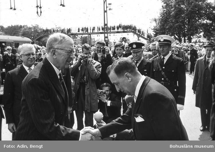 Kungainvigningen 16 juni 1964.  Fotograf Bengt Adin, Göteborg. Regi Hans Håkansson. Stenungsunds Centralstation. Kung Gustaf VI Adolf hälsas välkommen av H. Gjötlen.