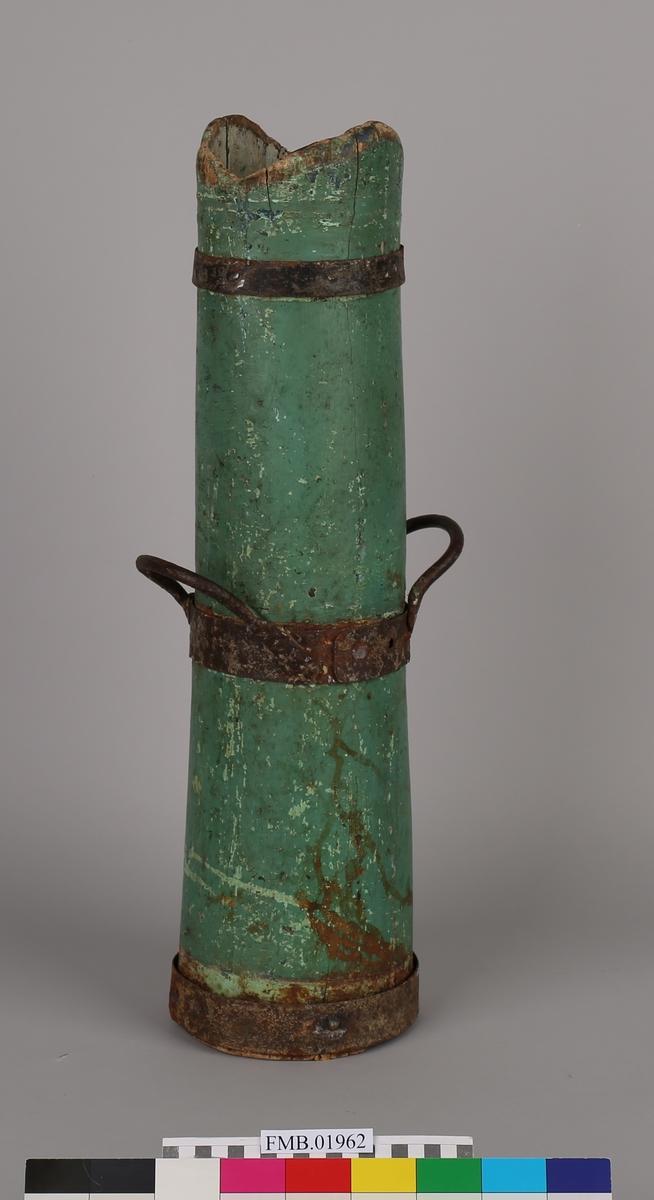 Kikkerten er uthulet av en stokk, nå med 3 jernbånd, det midterste med hanker. Har merker etter bitt.