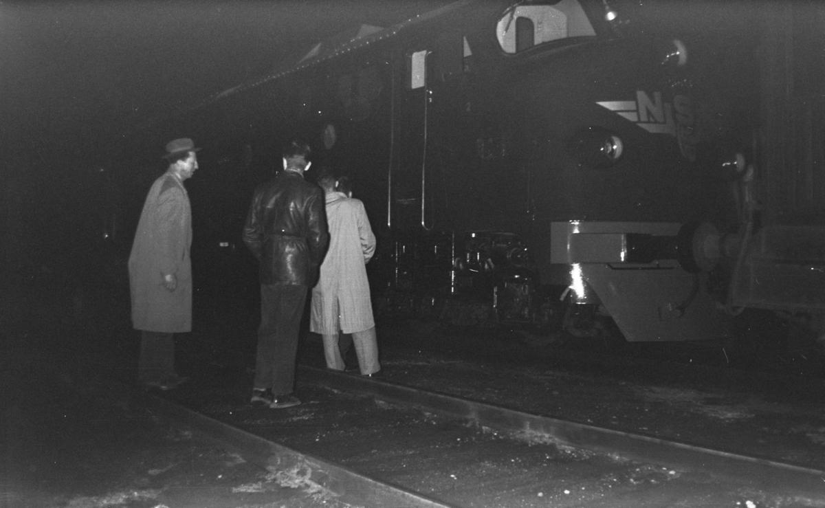 Nytt diesellokomotiv type Di 3 nr. 603 ankommer Trondheim som forspannlokomotiv i dagtoget fra Oslo Ø over Dovre, tog 401.