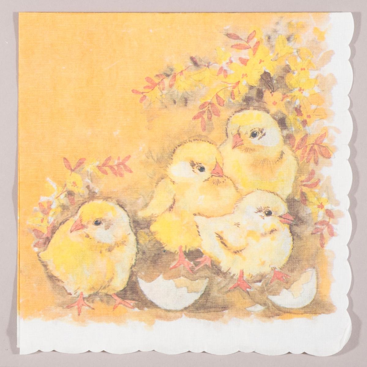 Fire kyllinger og skall av egg. gule blomster og oransje blader.