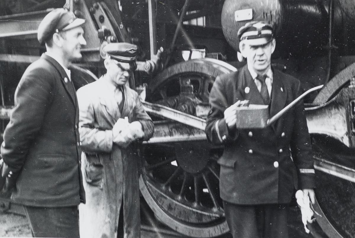 Lokomotivfører Einar Danielsen (i midten) foran damplokomotiv type 63a.