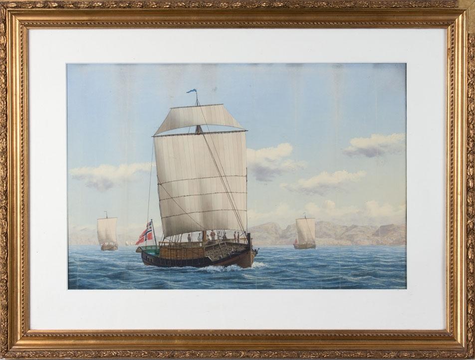 Skipsbilde av nordlandsjekter under seil langs norskekysten Ser flere av mannskapet samt tørrfisklast. Skipet fører norsk handelsflagg med svensk-norsk unionsmerke.