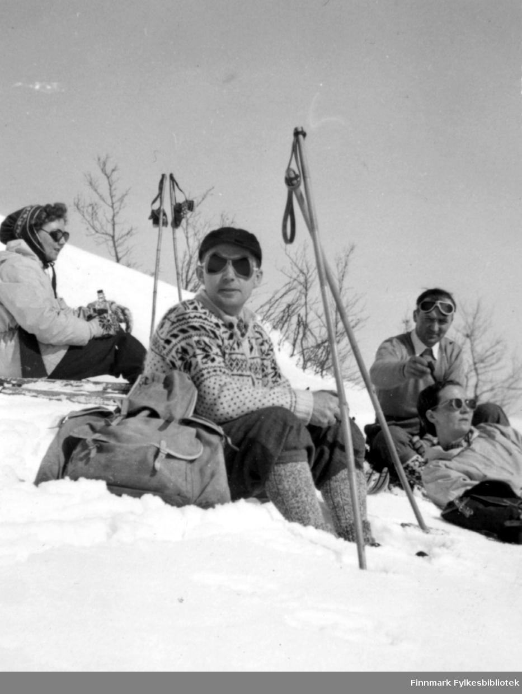 Sofie, Ludvig, Reidar og Dokka. Storbakken etter krigen. Familiealbum tilhørende familien Klemetsen. Utlånt av Trygve Klemetsen. Periode: 1930-1960.