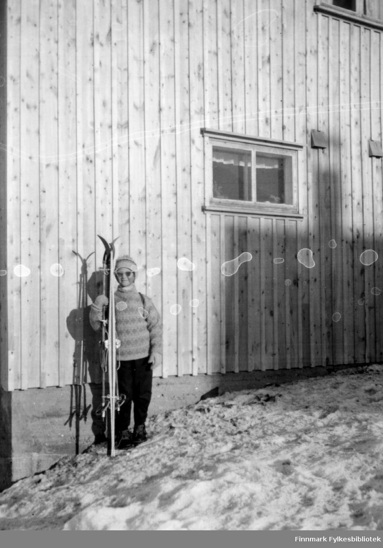 Stolt skiløper, Solveig 7 år. Familiealbum tilhørende familien Klemetsen. Utlånt av Trygve Klemetsen. Periode: 1930-1960.