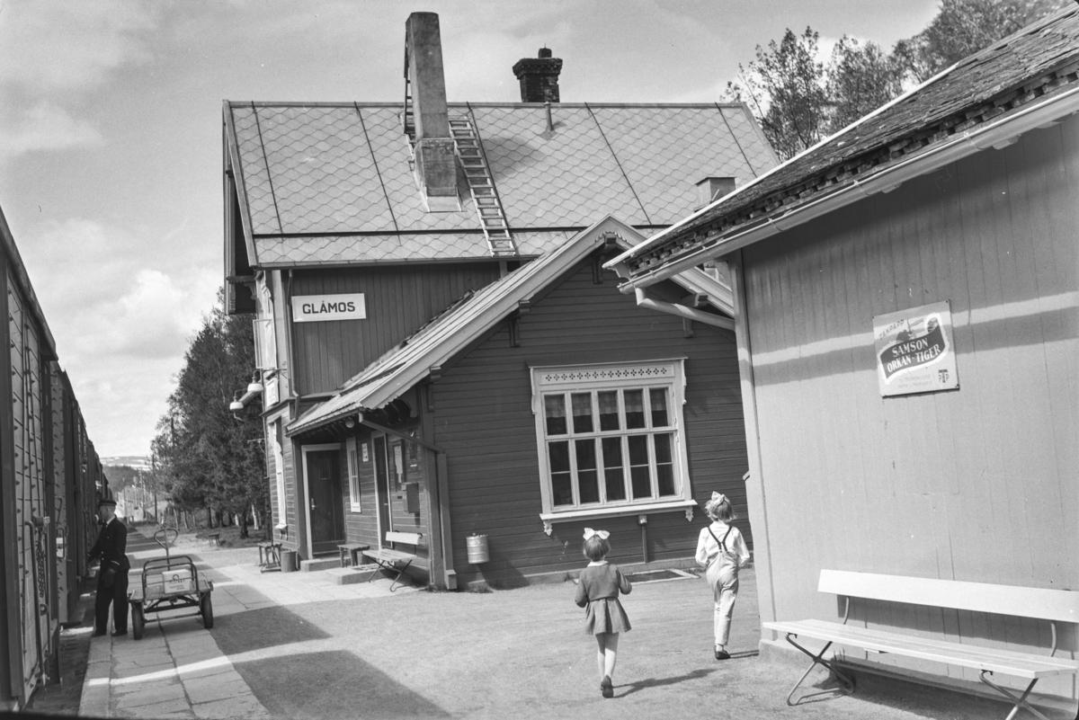 Underveisgodstoget fra Trondheim til Hamar over Røros, tog 5712, på Glåmos stasjon. Av- og pålessing av stykkgods.