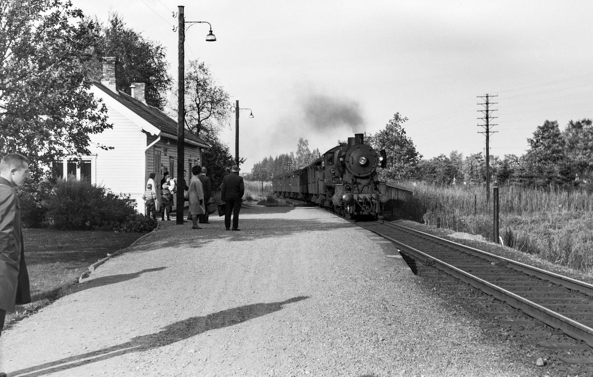 Forstadstog fra Trondheim til Støren, tog 1720, på Stavne holdeplass. Toget trekkes av damplokomotiv type 30b nr. 357.