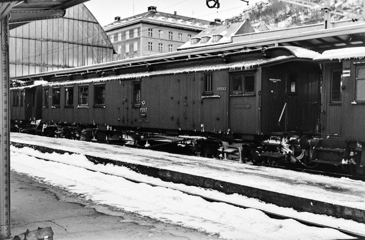 Personvogn BDFo2-7 type 2 nr. 18083 på Bergen stasjon.