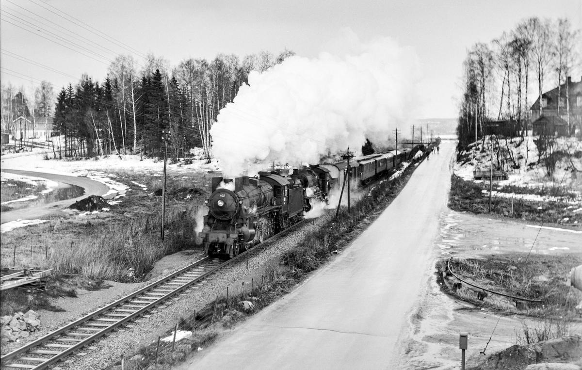 Persontog 307 fra Oslo Ø til Otta ved Nordvika, Hamar. Toget trekkes av damlokomotiv type 31b nr. 402 og 30b 346. Toget er forsterket med ekstra forspannlokomotiv og flere personvogner pga. påsketrafikken.