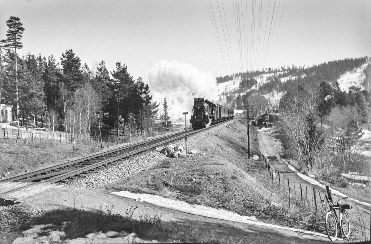 Tog fra Oslo Ø til Lillehammer, tog 321, ved Ulvestua holdeplass mellom Hamar og Jessnes. Toget trekkes av damplokomotiv type 30b nr. 362.