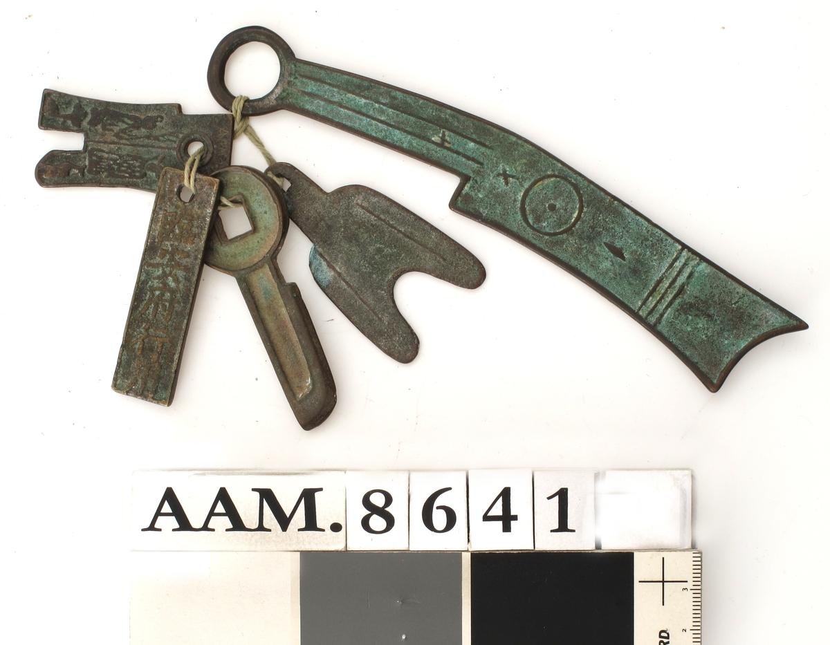 Dekor og skrifttegn i relieff.