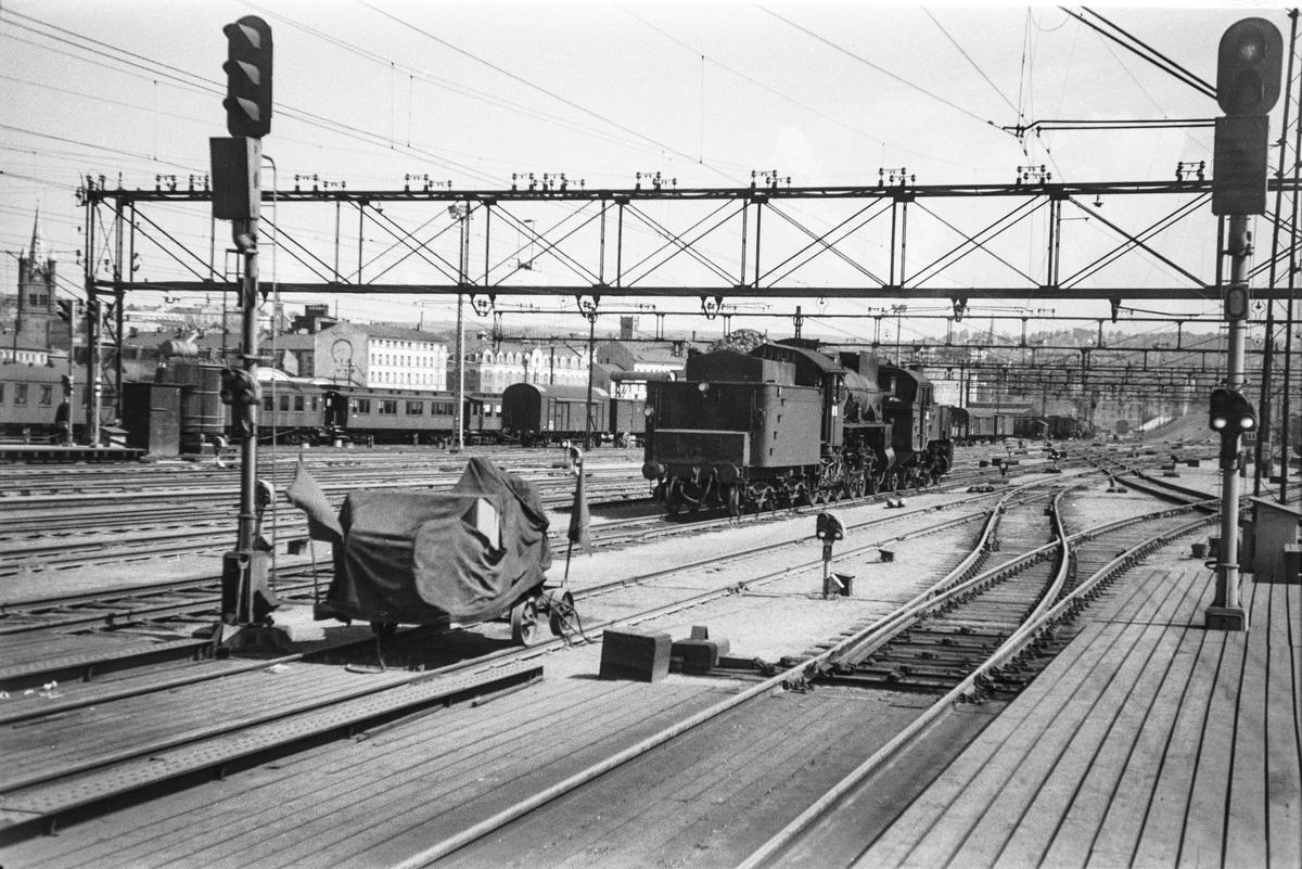 Damplokomotiv type 31b nr. 446 og type 32a nr. 283 på Oslo Østbanestasjon.