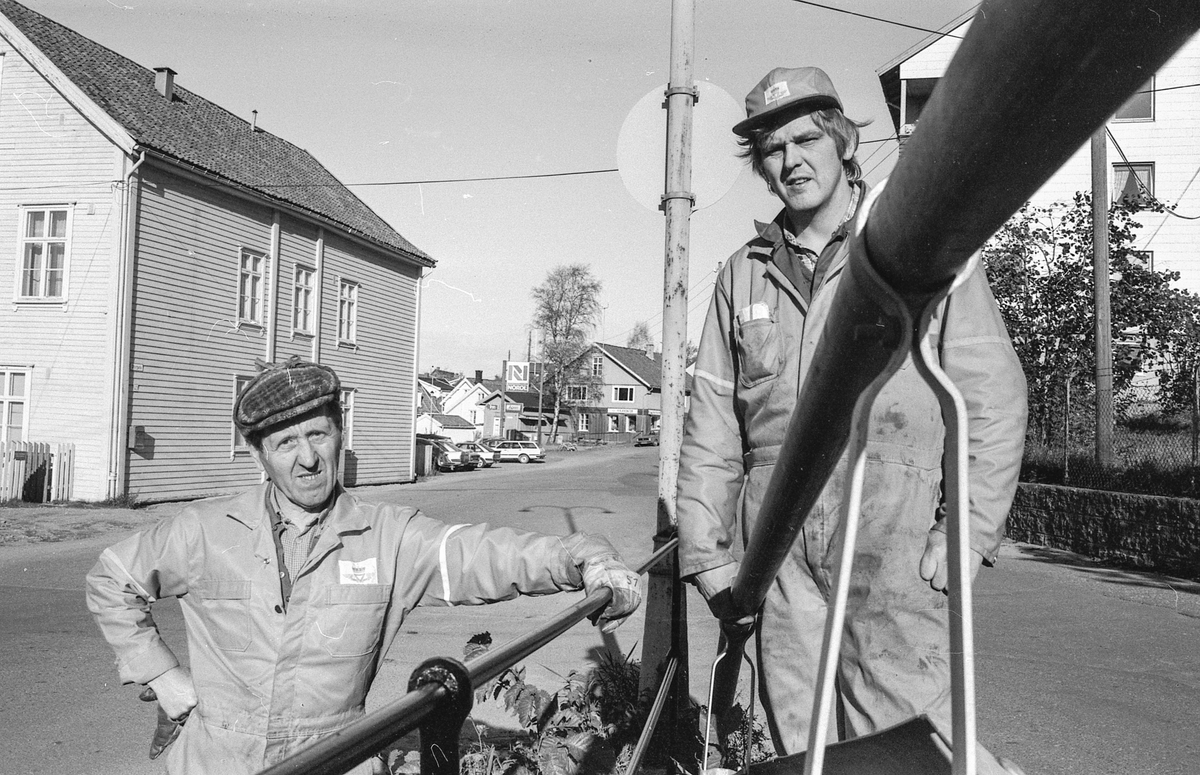 Autovernet i Jørnsebakken erstattes av jernrekkverk  da Drøbak er verneverdig område. Leif Slettevold og Rolf Olaussen i Akershus veivesen.