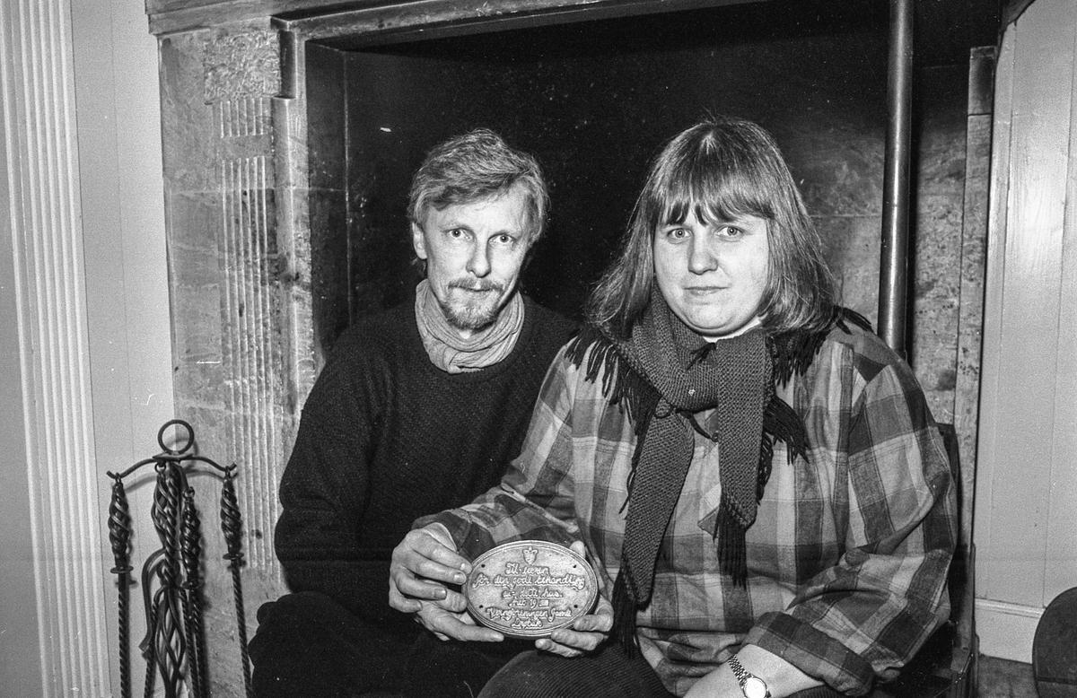 Verneforeningen ved Anne Gro Helsvik overrekker plakett til Ola Borg og Karen Olsen for ombyggingen av Osloveien 23. Fotograf: ØB Ukjent