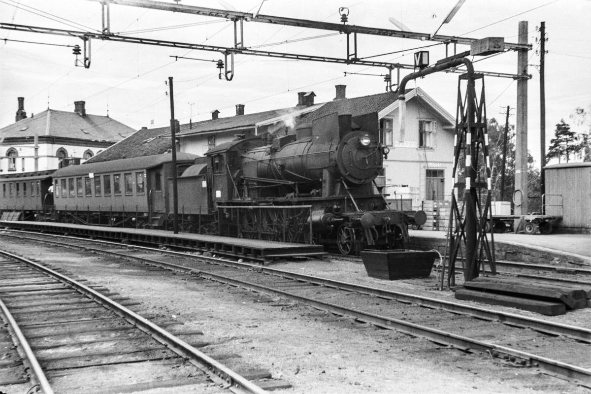 Damplokomotiv type 30a nr. 277 med persontog til Drammen på Hønefoss stasjon.