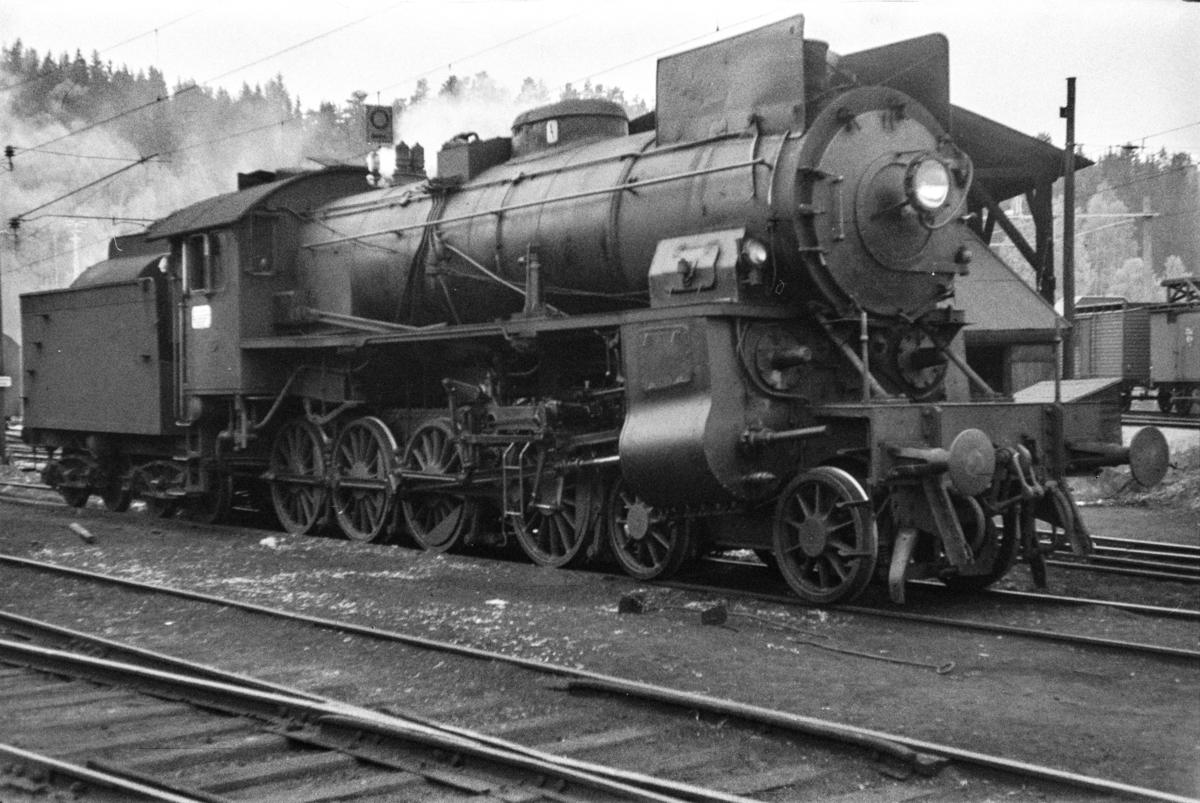 Damplokomotiv type 31b nr. 416 ved lokomotivstallen på Hønefoss stasjon.