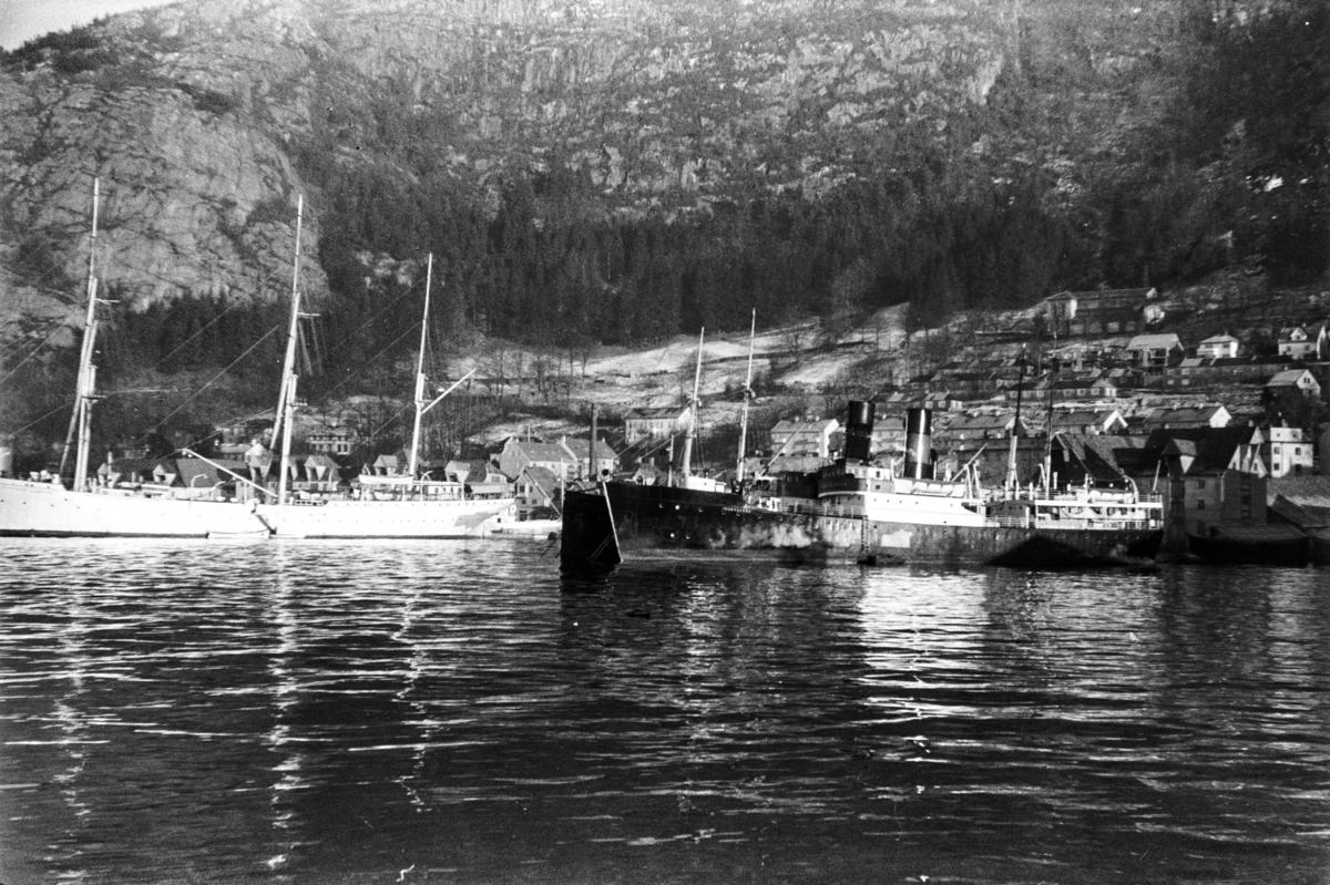 Dampskip ved bryggen i Sandviken. Til høyre DS Fanaraaken, bak DS Firda. Til venstre SS Statsraad Lehmkuhl