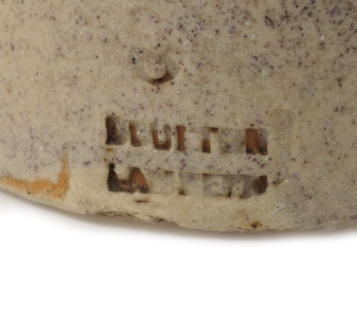 Medisin- eller geneverkrukke (gin),  firmastemplet under:   Boulton Lambeth.  (= pottemakeriet.) Lyst grått saltglassert  stentøy. Rette sider, buet skuldre/hals,  munningsbrem med kork i.