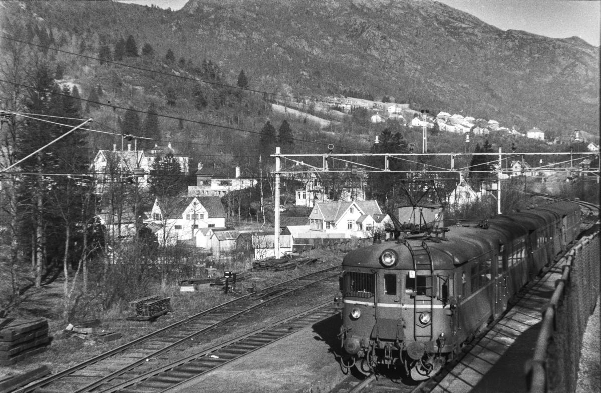 Motorvogn Bmeo 65c 58 med lokaltog på Fjøsanger stasjon.