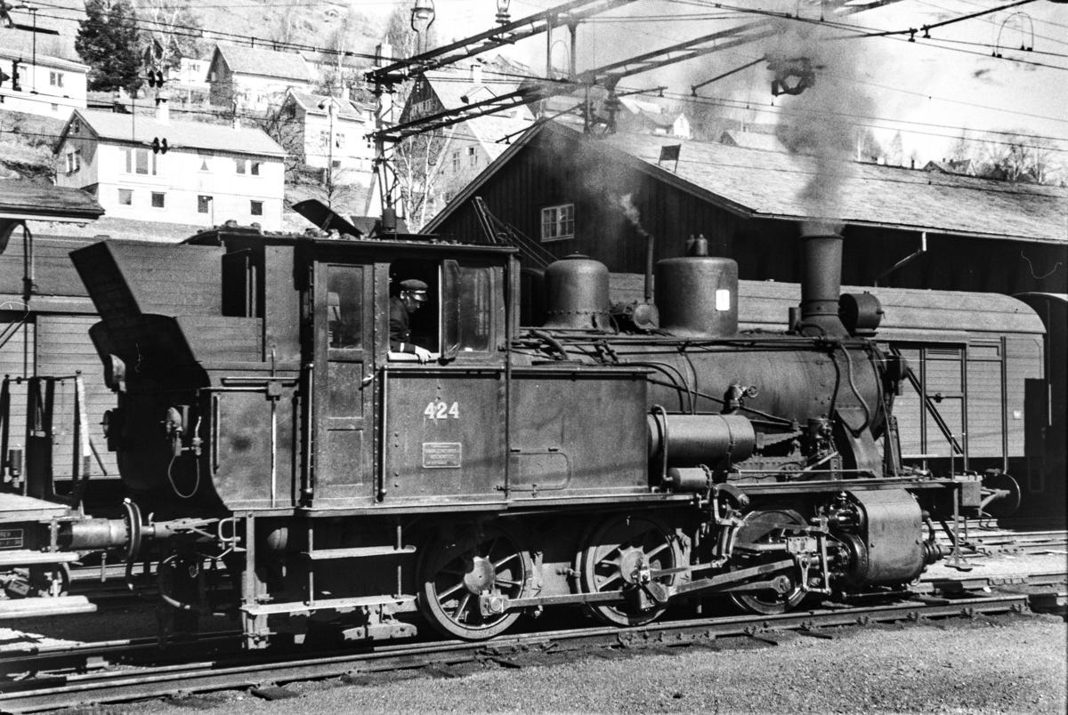 Damplokomotiv type 25d nr. 424 i skiftetjeneste på Voss stasjon.