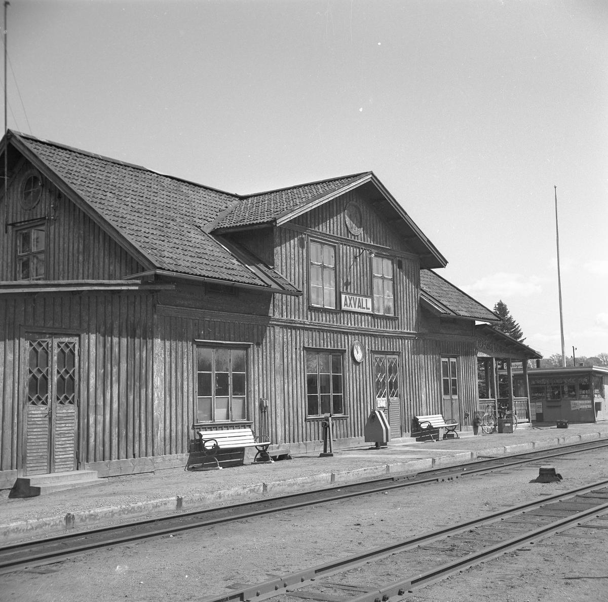 LSSJ , Lidköping - Skara - Stenstorps Järnväg Stationen anlades 1875. En- och en halv vånings stationshus i trä. Ofullständig växelförregling