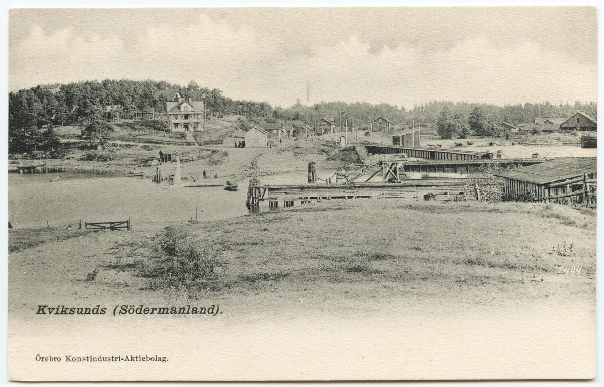 Bild över Kvicksund tagen från den södra delen av samhället mot den norra. Bron är Kvicksundsbron på linjen mellan Kvicksund och Nyckelön.