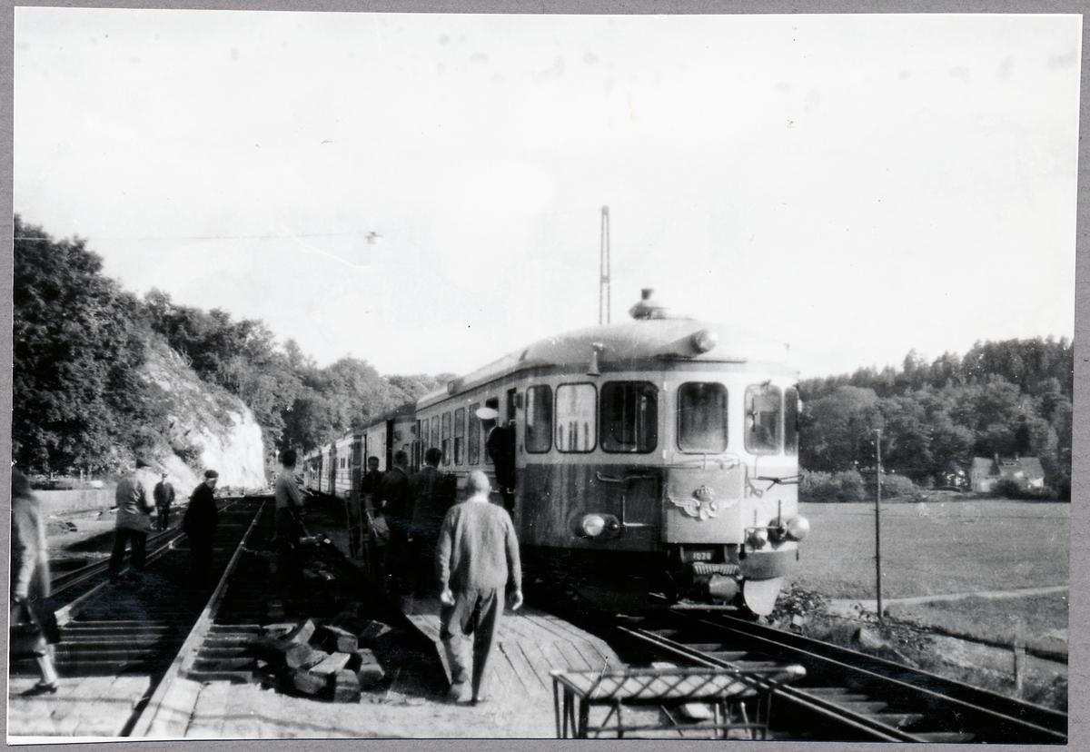 Statens Järnvägar, SJ Y6 1028.  Första persontåg på normalspår anländer till Överums station från Linköping.