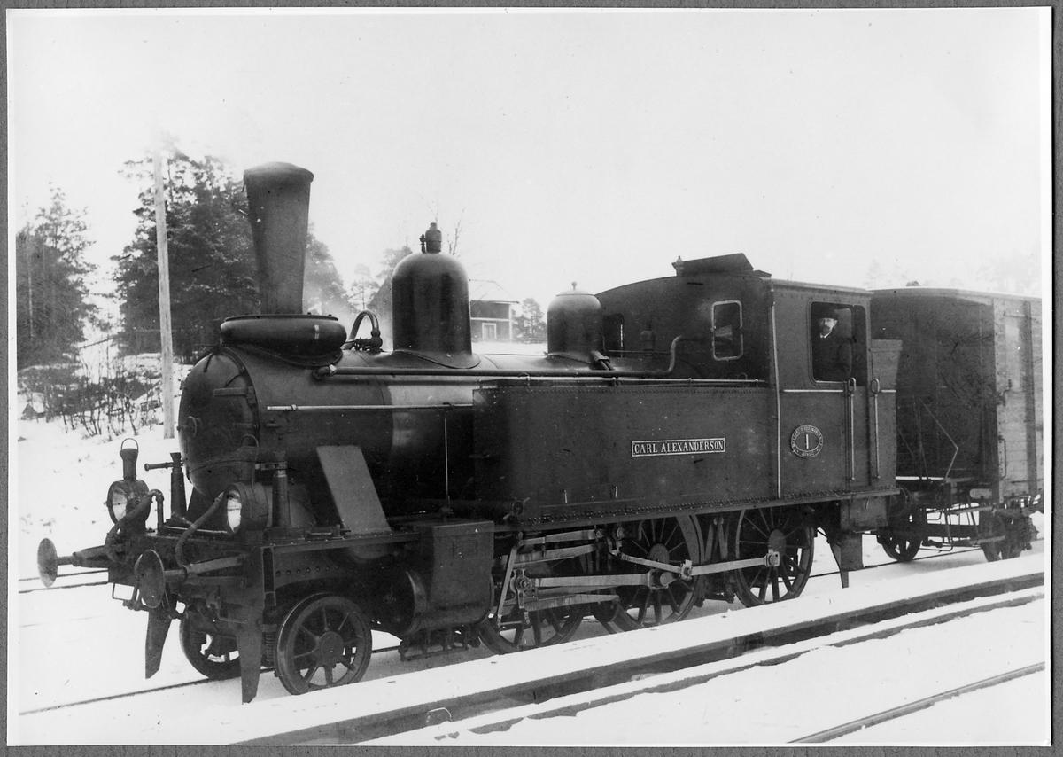 """Mellersta Södermanlands järnväg, MlSlJ lok nummer 1 """"Carl Alexanderson"""" i Malmköping 1910. I hytten syns bolagets verkställande direktör Carl Alexandersson."""