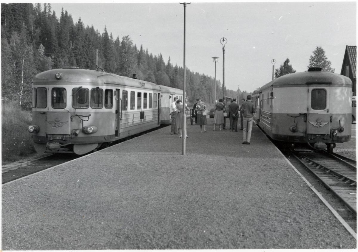 Vid en station någonstans på sträckan Vansbro - Särna - Mora - Älvdalen med motorvagnarna YBo6 1062 och UDFo20 1825.
