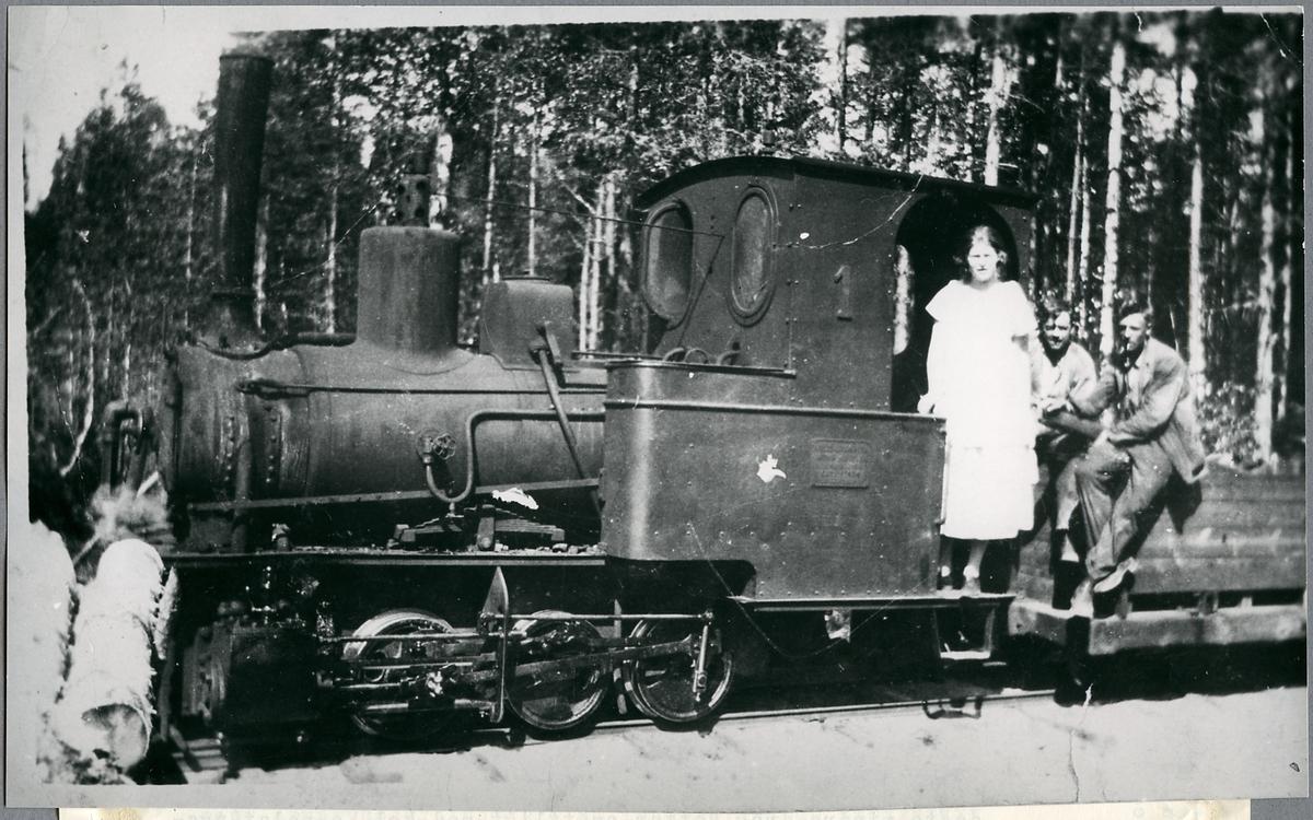 """Lindfors Bosjöbanan, LBB lok 1 """"Petter"""". Loket tillverkades 1912. Bilden tagen vid Bullbo lastplats strax söder om Böckelskog."""