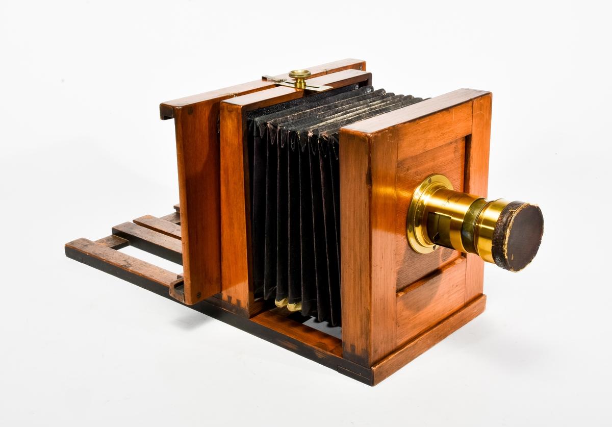 Den sex kilo tunga kameran är av standartyp från åren runt 1870 och avsedd för våtplåt. Som vanligt under denna period saknas namngiven tillverkare. Bildformatet är 16x16 cm med glasnegativ 16,5x18,5 cm. Objektiv: Voigtländer & Sohn med tillverkningsnummer 21 207. Tillbehör objektivlock och kassett för våtplåt. Kameror från våtplåtstiden konverterades på ett enkelt sätt för användning av torrplåt under senare delen av seklet.