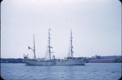 Skoleskipet STATSRAAD LEHMKUHL på tur til USA i 1952. Antagelig ved Hudson River, New York.