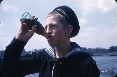 Kadett fra skoleskipet STATSRAAD LEHMKUHL med Colaflaske.