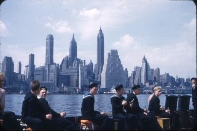 Kadetter fra skoleskipet STATSRAAD LEHMKUHL med på utflukt i på Hundson river. Manhattan i bakgrunnen.