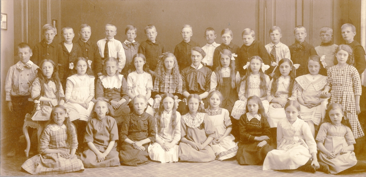 Alfhild Karlsson (gift  Friskopp) med elever, ca 1912.